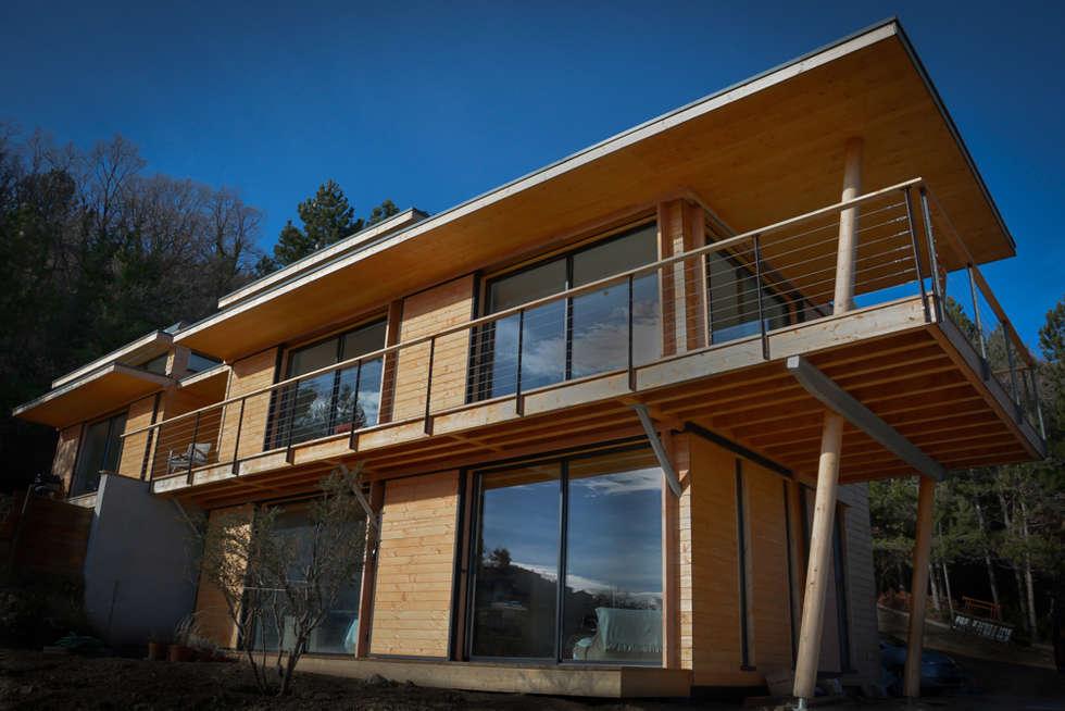 Maison écologique en bois: Maisons de style de style Moderne par SARL naturARCH