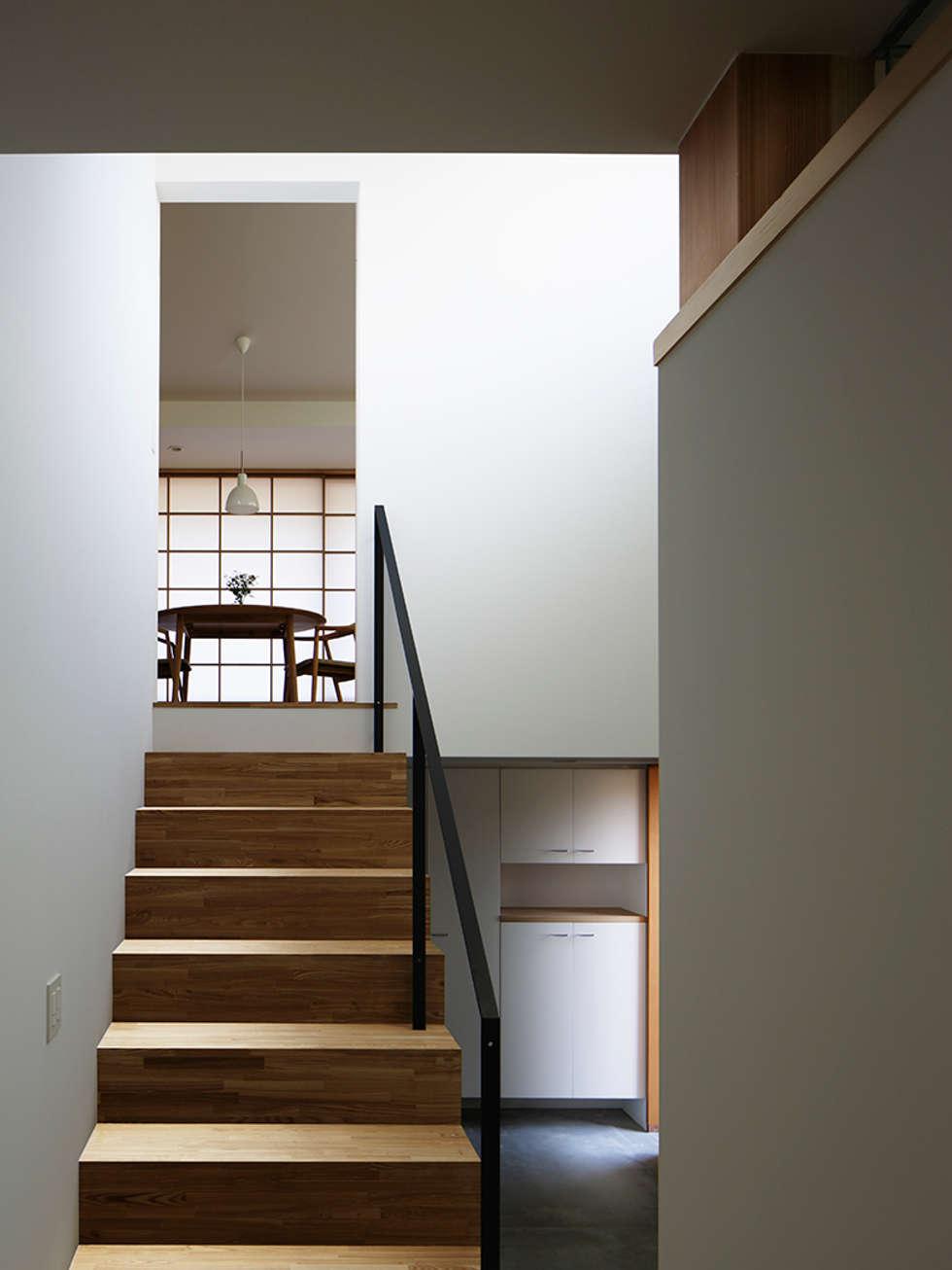階段室: 内田雄介設計室 が手掛けた家です。