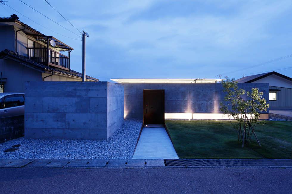 明かりの漏れる住宅はあたたかい: TNdesign一級建築士事務所が手掛けた家です。