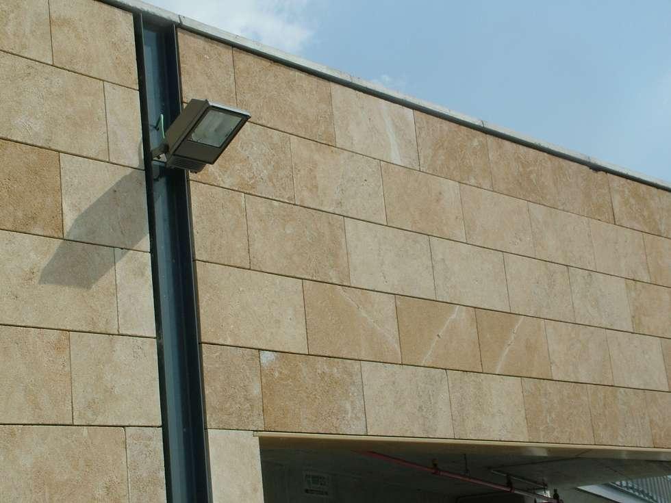Rivestimento Esterno in Carparo Fiorato - Facciata Ventilata: Centri commerciali in stile  di PIMAR