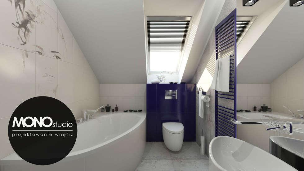 Kontrastowa kolorystyka w nowoczesnym zestawieniu bieli z niebieskim w łazience na poddaszu: styl , w kategorii Łazienka zaprojektowany przez MONOstudio