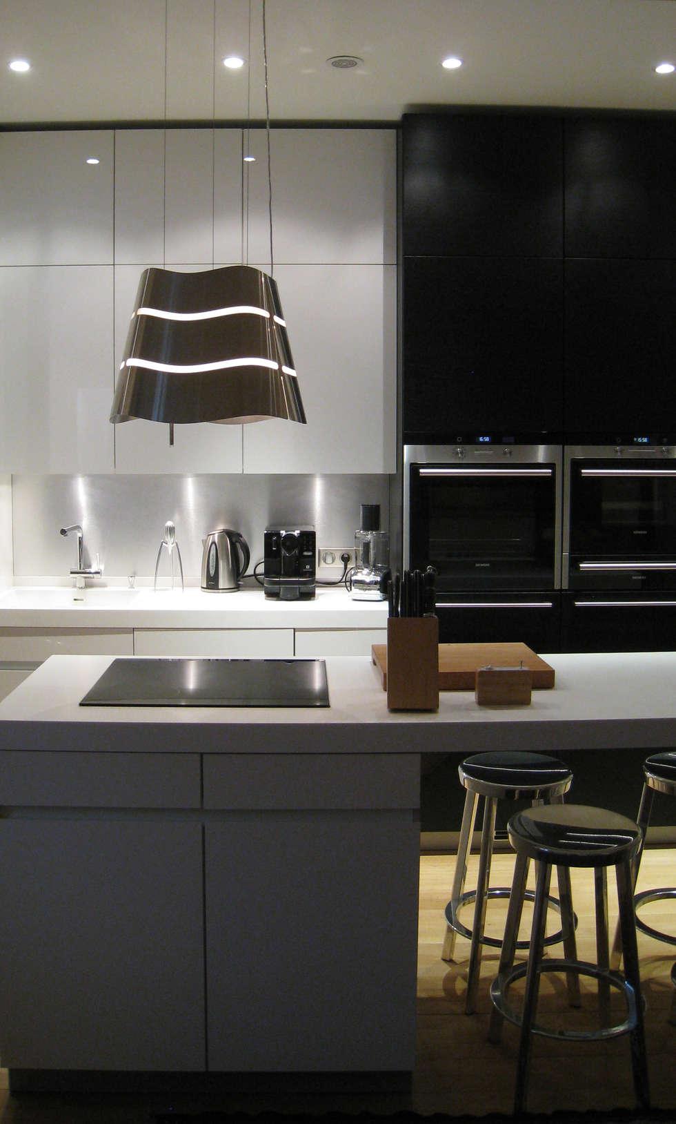 Détails de la partie Hotte et plan repas: Cuisine de style de style Minimaliste par Philippe Ponceblanc Architecte d'intérieur