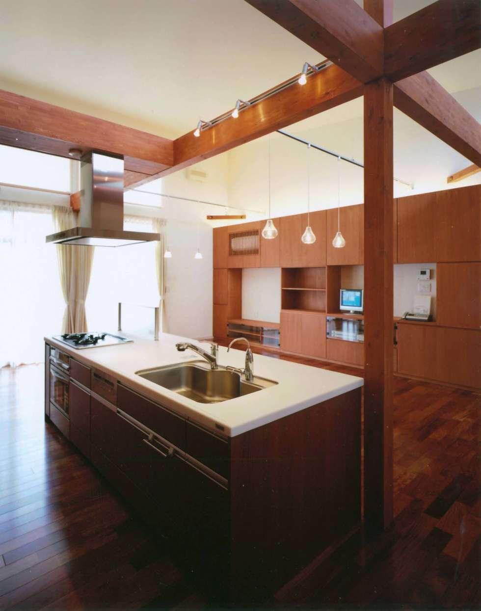 House of the big roof: Sakurayama-Architect-Designが手掛けたキッチンです。