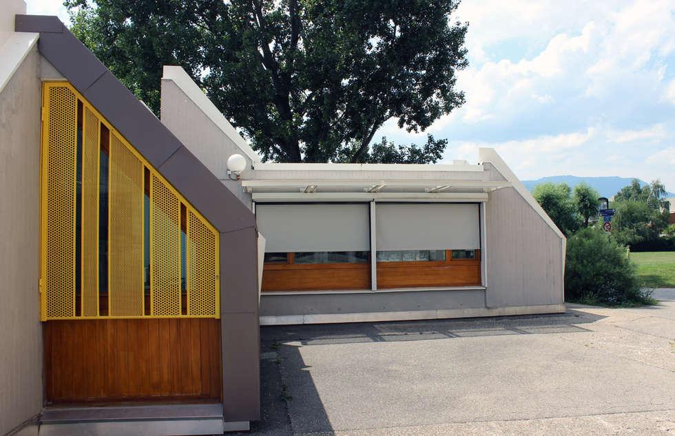 Ecole Lafontaine - Grenoble: Maisons de style de style eclectique par ISIT ARCHITECTURE