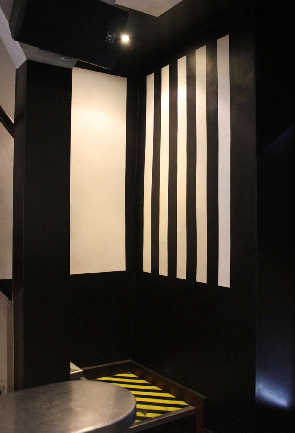 Karactères - Bar - Grenoble: Murs de style  par ISIT ARCHITECTURE