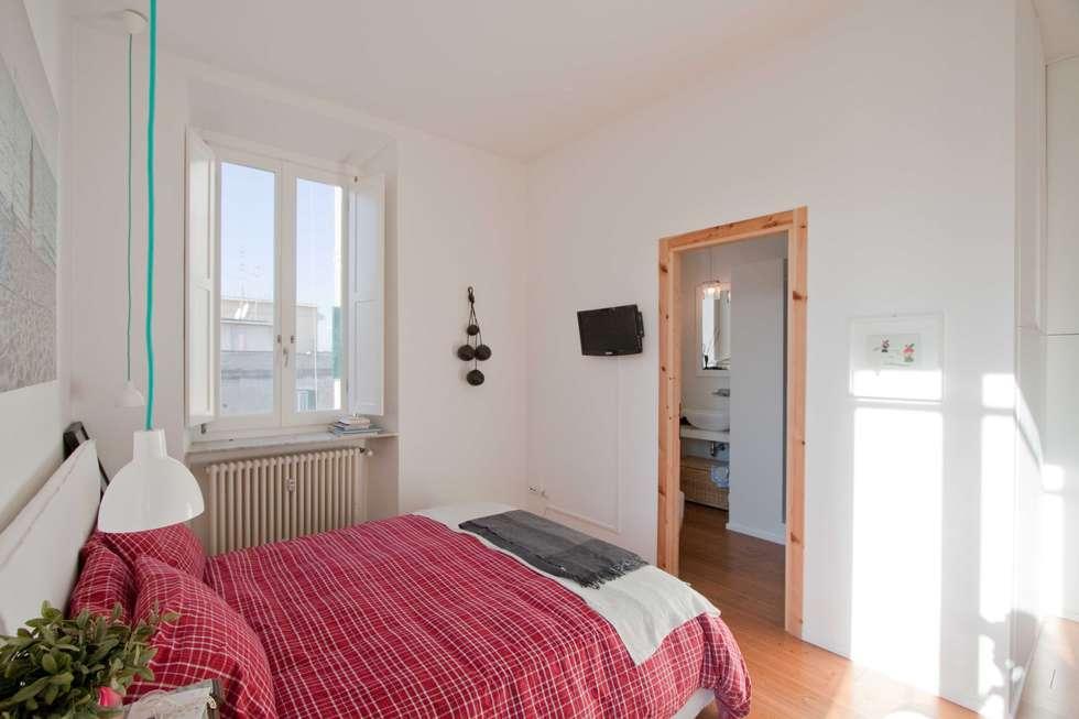 Bedroom A: Camera da letto in stile in stile Industriale di Anomia Studio