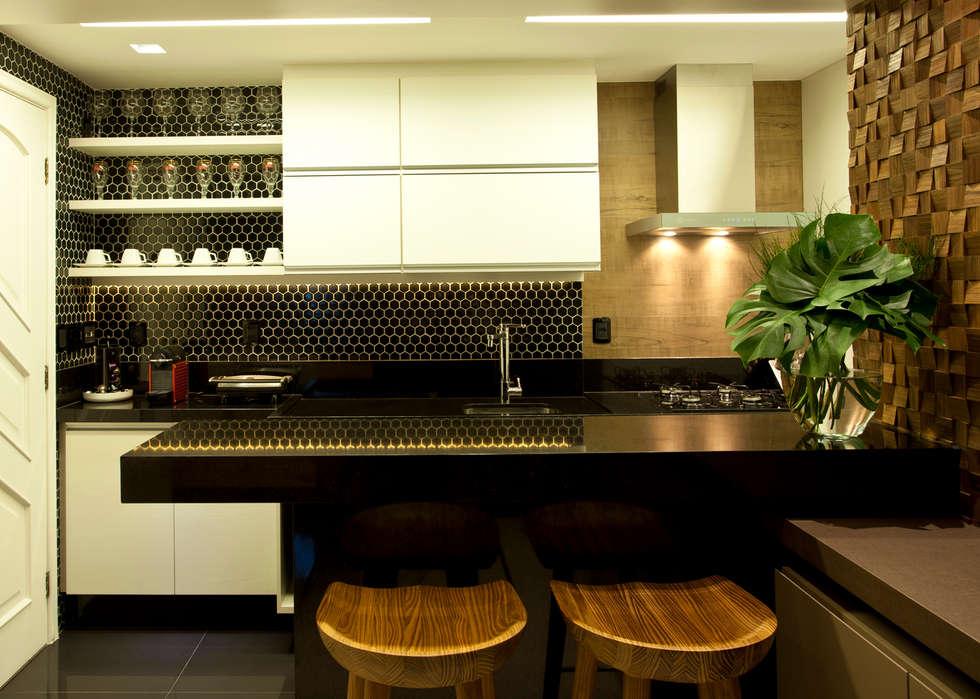 COZINHA tRESELLE : Salas de estar modernas por Leles Arquitetura e Iluminação