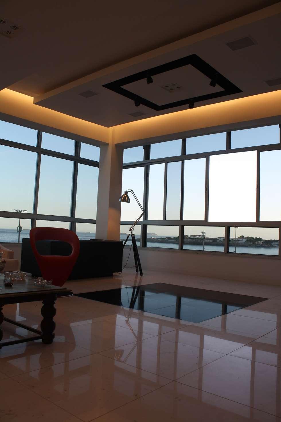 APARTAMENTO EM COPACABANA : Salas de estar  por Leles Arquitetura e Iluminação