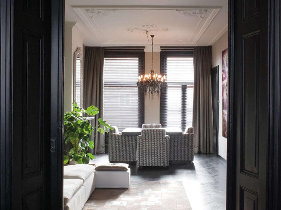 luxe appartement in hartje Amsterdam: eclectische Woonkamer door choc studio interieur