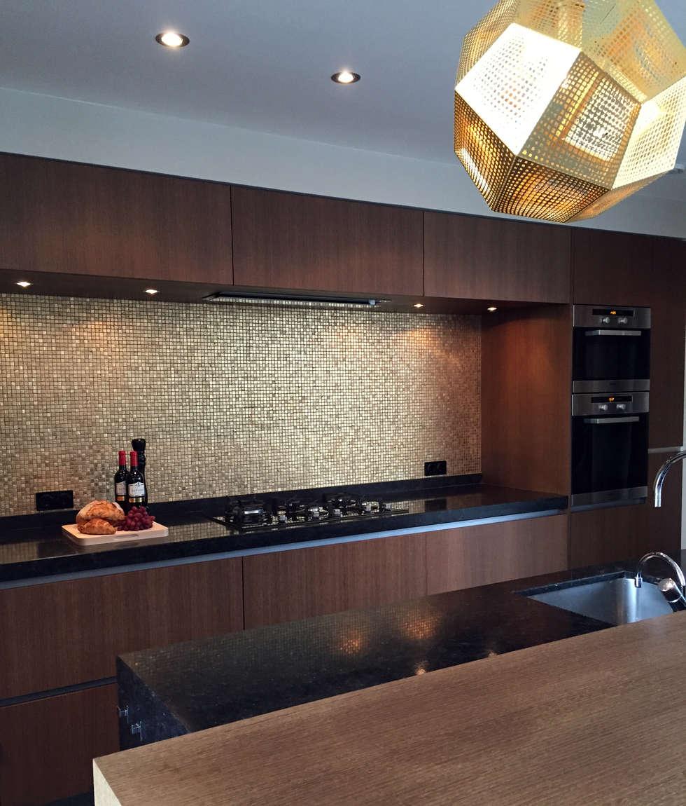 gouden keuken: moderne Keuken door choc studio interieur