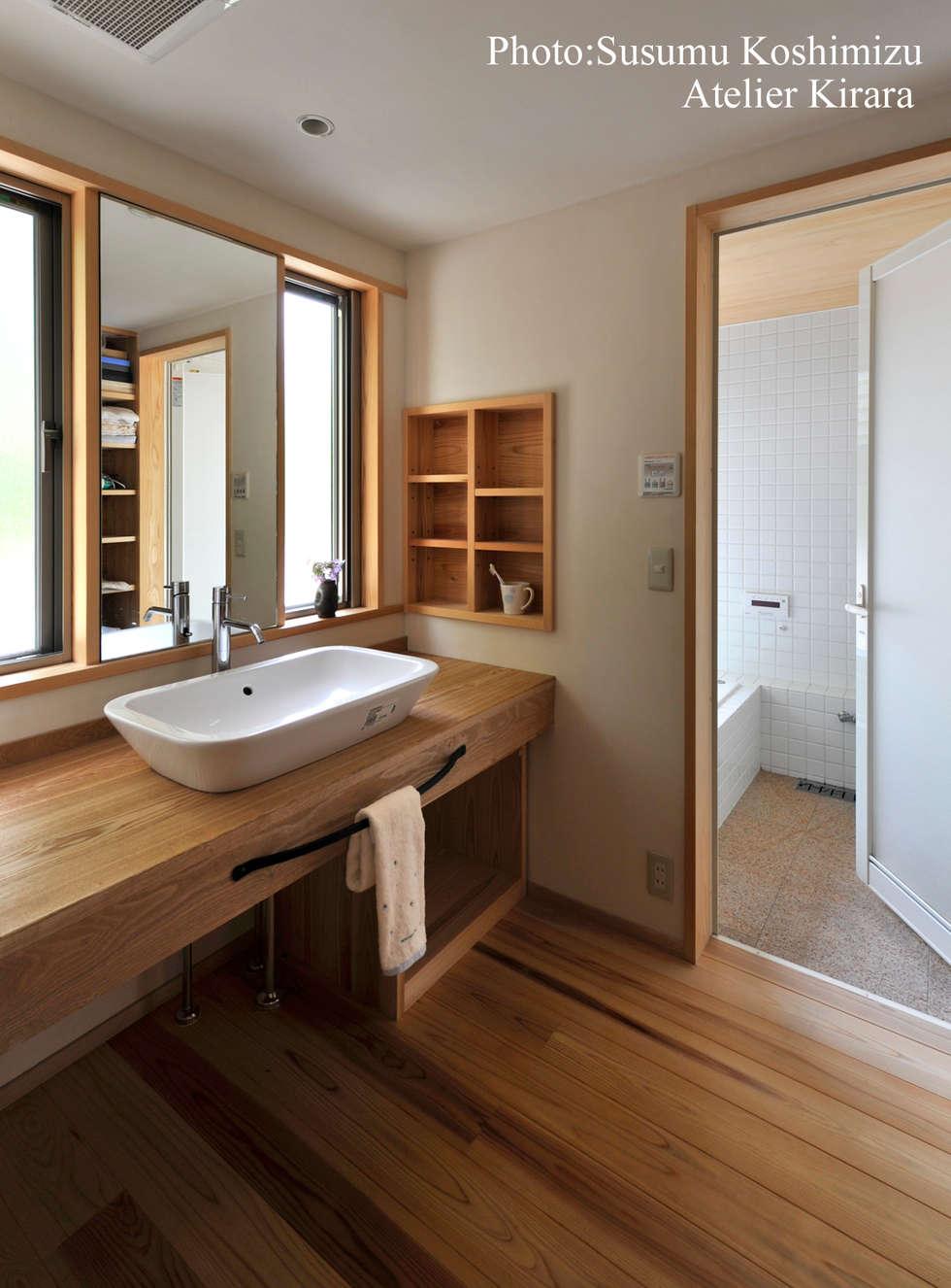 Baños de estilo moderno por アトリエきらら一級建築士事務所