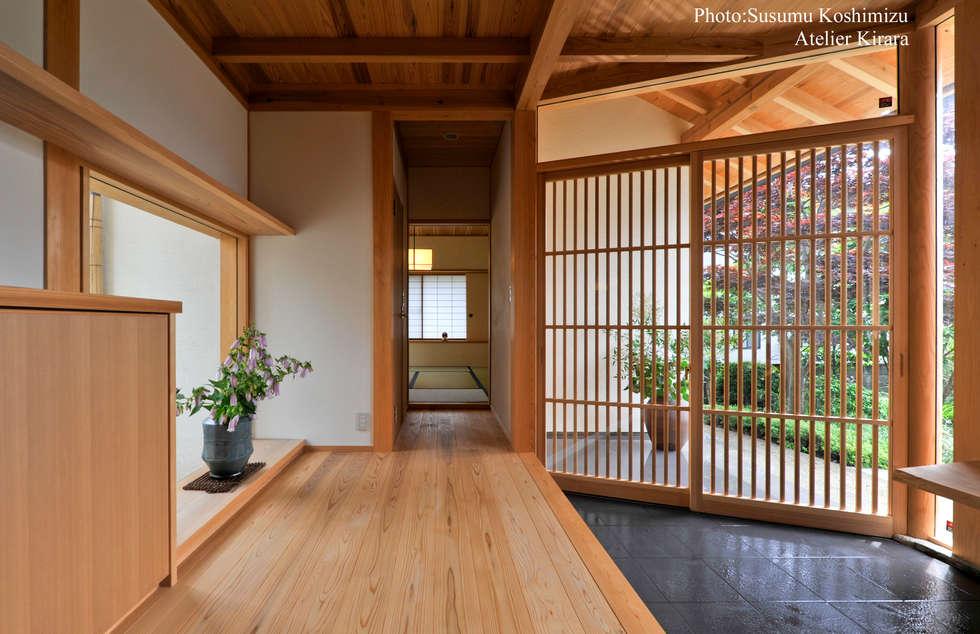 足利の家「素材と景色を楽しむ家」: アトリエきらら一級建築士事務所が手掛けた廊下 & 玄関です。