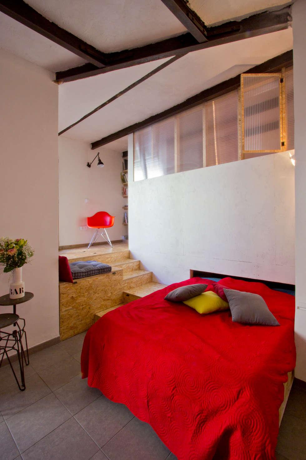 Le coin salon, lit déplié: Salon de style de style eclectique par Atelier RnB