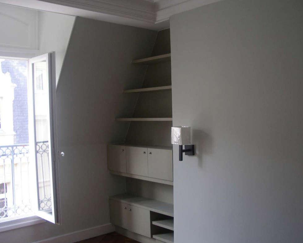rangement tete de lit chambre: Chambre de style de style Moderne par Laure van Gaver
