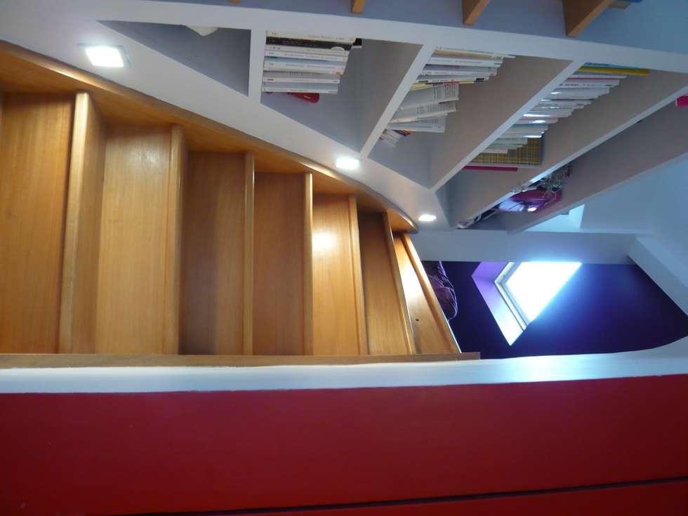 escalier  vers mezzanine : Couloir et hall d'entrée de style  par Arielle Apelbaum Sela