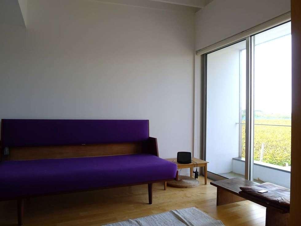 ゲストルーム: 家山真建築研究室 Makoto Ieyama Architect Officeが手掛けたリビングです。