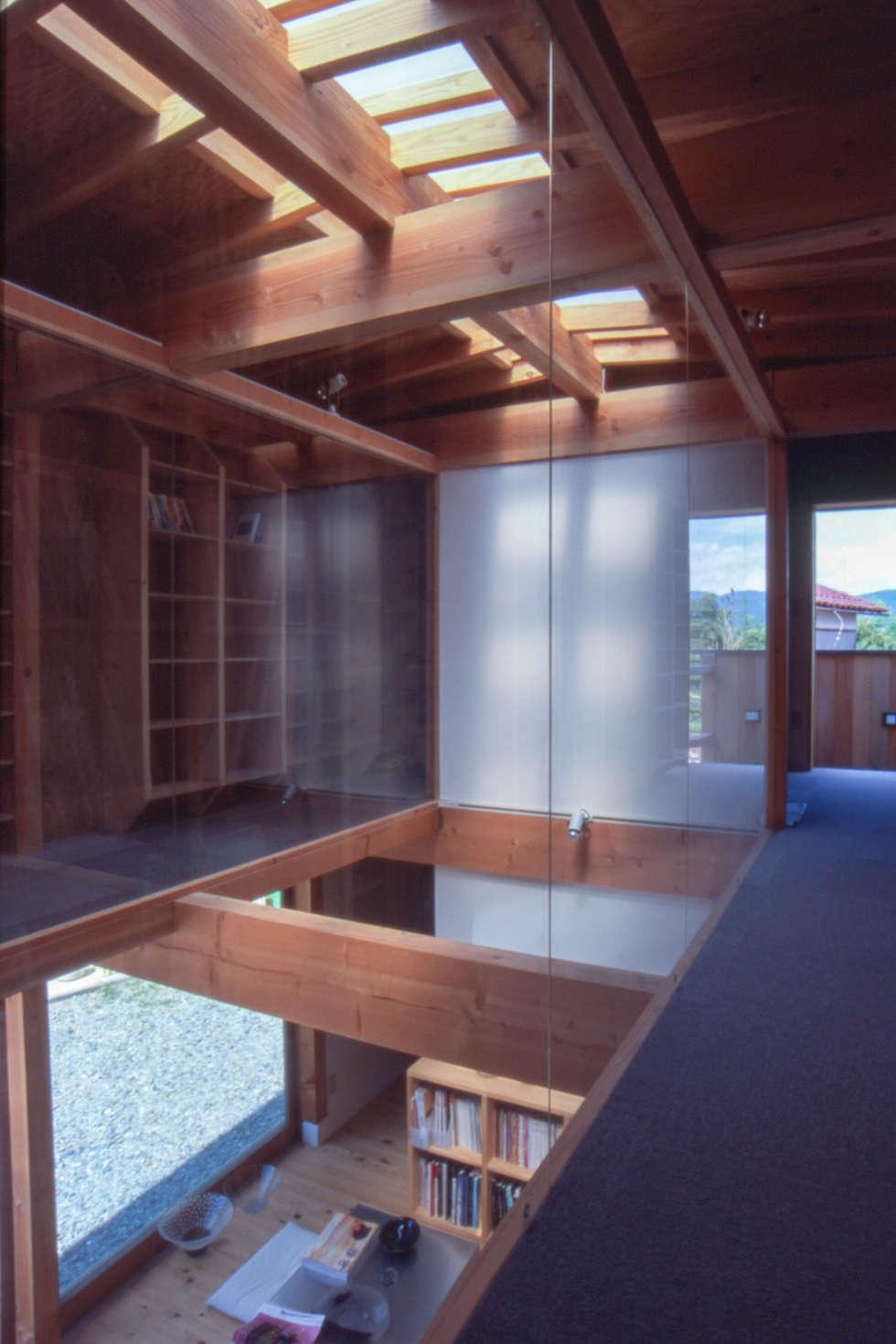 2階書斎より吹抜のガラス越しに見る: 家山真建築研究室 Makoto Ieyama Architect Officeが手掛けた家です。