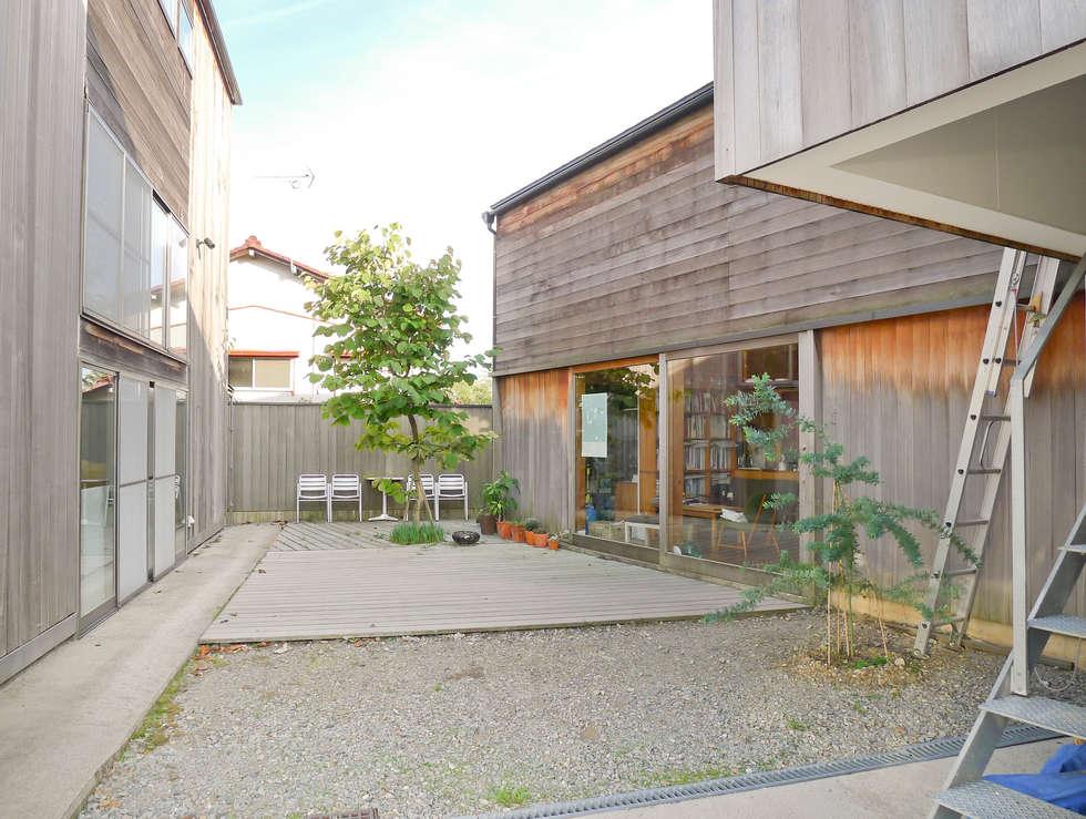 中庭の様子(竣工8年後): 家山真建築研究室 Makoto Ieyama Architect Officeが手掛けた家です。