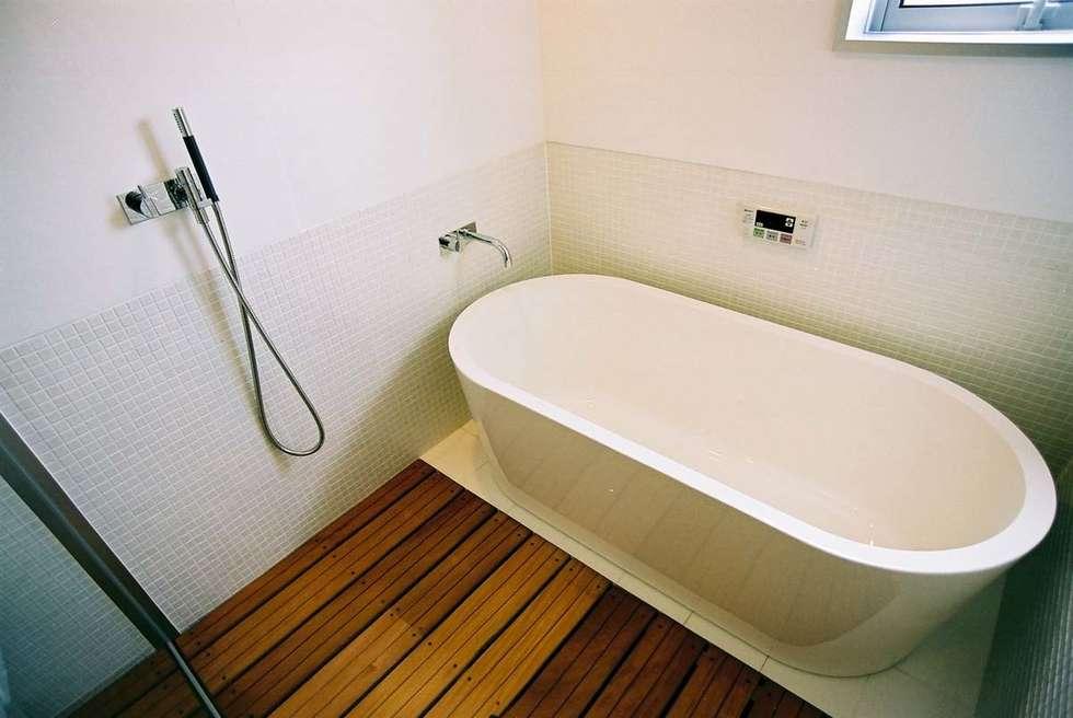 バスルーム: 家山真建築研究室 Makoto Ieyama Architect Officeが手掛けた浴室です。