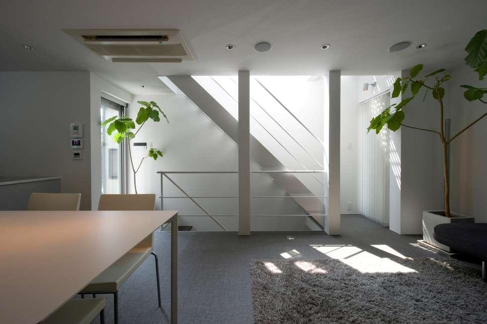 階段廻り: 余田正徳/株式会社YODAアーキテクツが手掛けた廊下 & 玄関です。