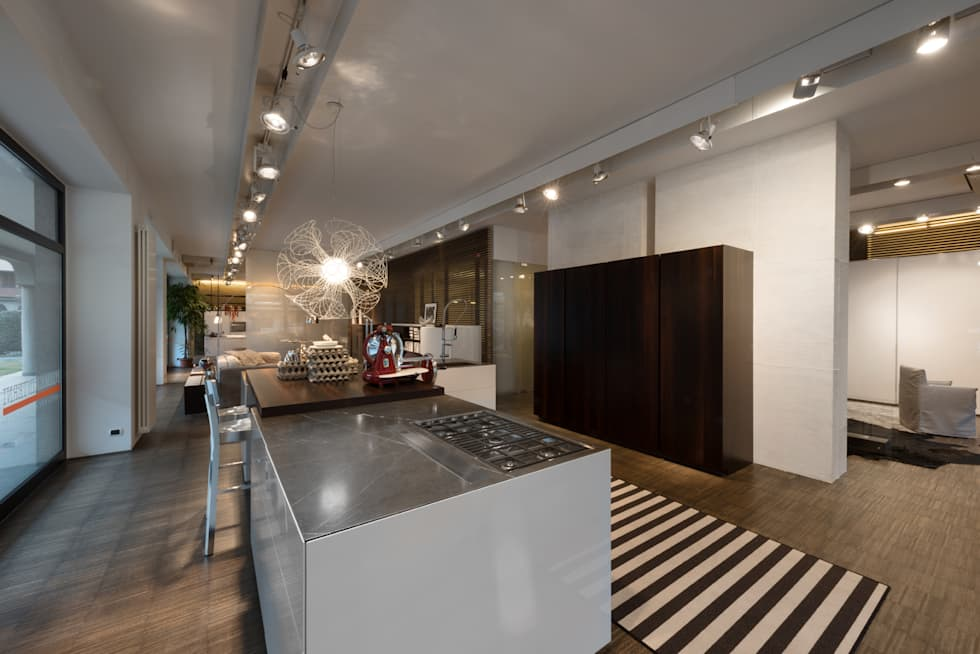 Showroom di busto arsizio: cucina in stile in stile moderno di forme ...