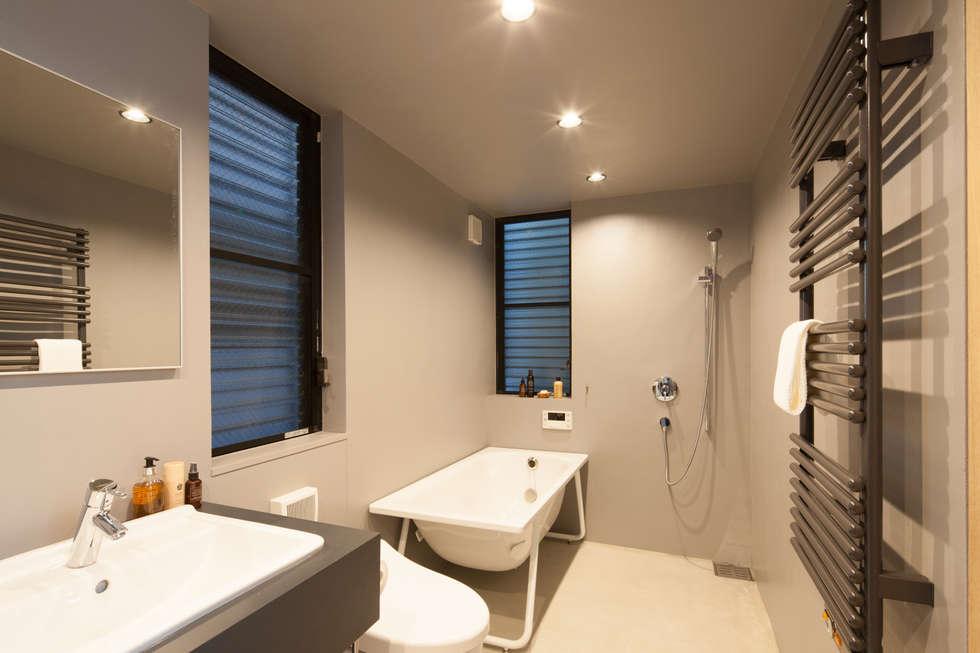 1階 バスルーム: 高橋直子建築設計事務所が手掛けたサンルームです。