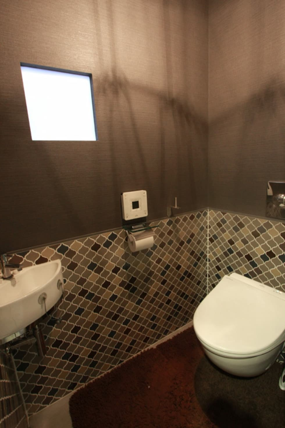 トイレ: Kondohideo Architects co,;ltd.が手掛けた浴室です。