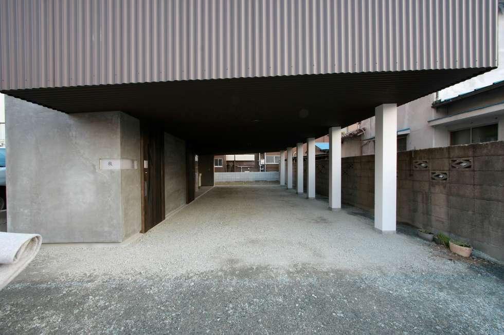 1階ガレージ: Kondohideo Architects co,;ltd.が手掛けたガレージです。