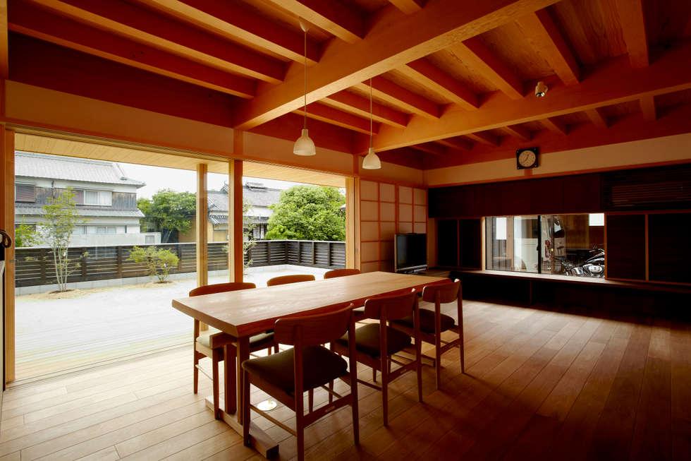 明るく暖かな雰囲気を持つ家族の集う場所: 小笠原建築研究室が手掛けたダイニングです。