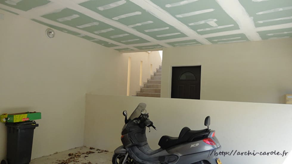 Un espace commun entre les garages et accés aux logements: Garage / Hangar de style de style Moderne par Architecte Egrefeuille Carole