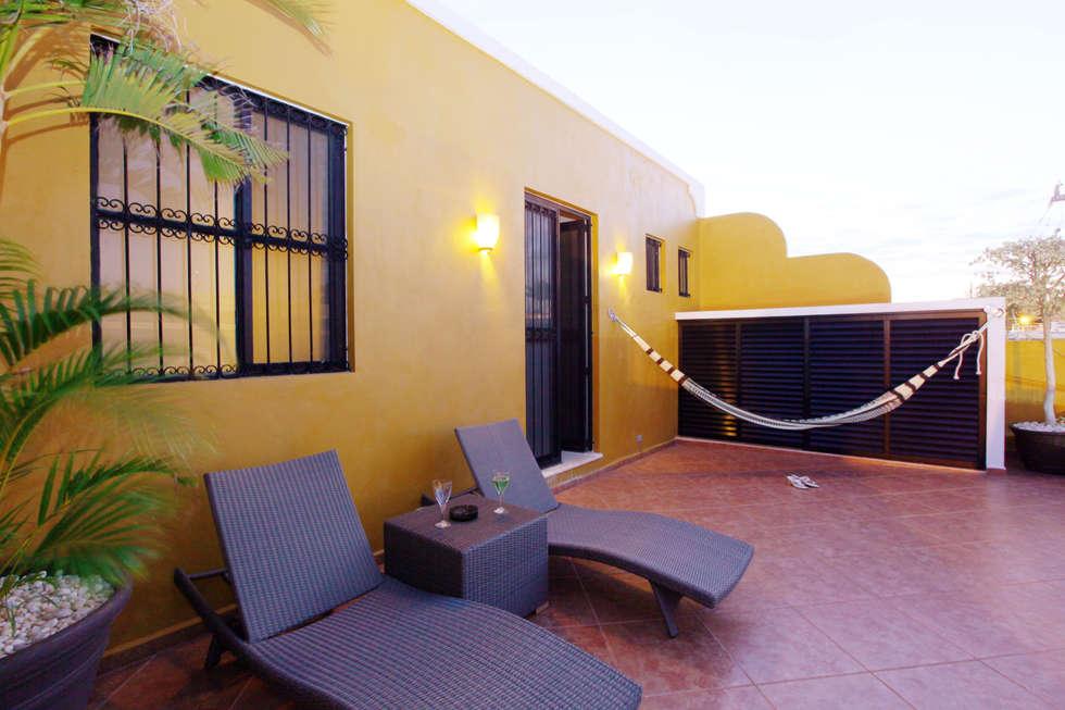 Terraza en planta alta que mira hacia la calle: Terrazas de estilo  por Arturo Campos Arquitectos
