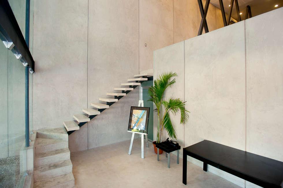 Escaleras hacia oficina principal: Edificios de Oficinas de estilo  por Arturo Campos Arquitectos