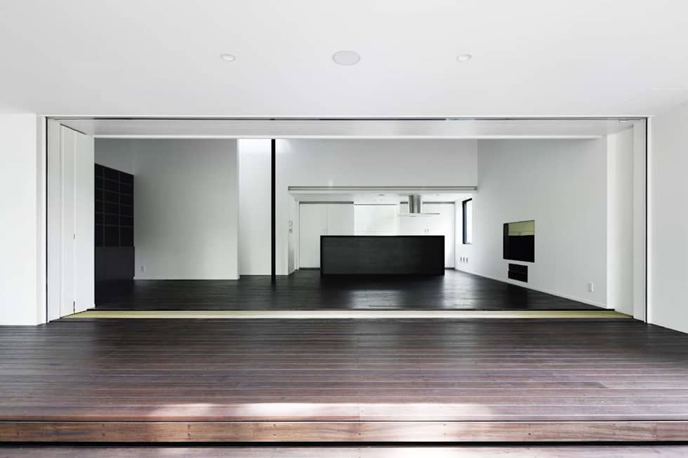 リビング+テラス~軽井沢Cさんの家: atelier137 ARCHITECTURAL DESIGN OFFICEが手掛けたベランダです。