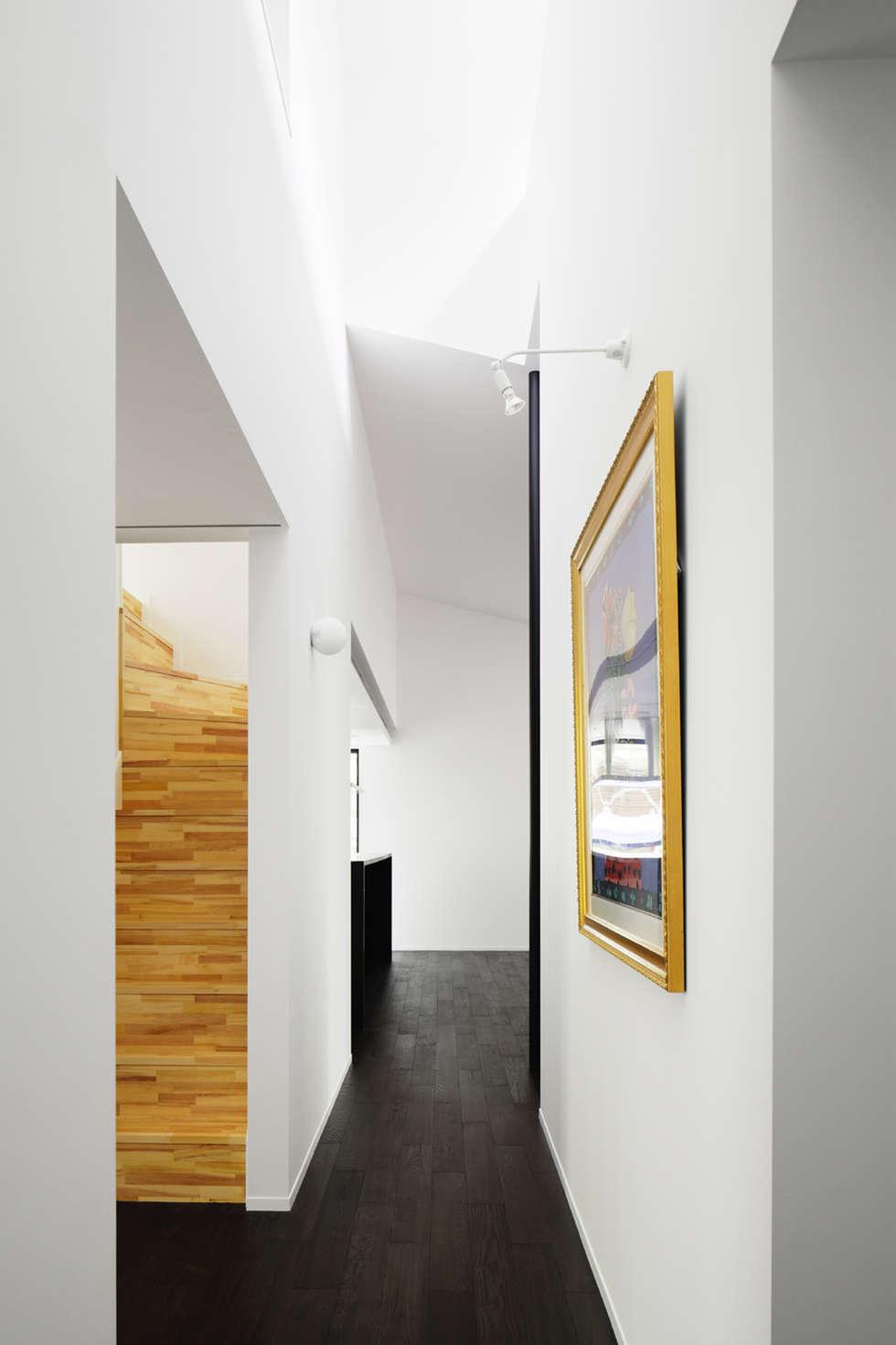 廊下~軽井沢Cさんの家: atelier137 ARCHITECTURAL DESIGN OFFICEが手掛けた廊下 & 玄関です。
