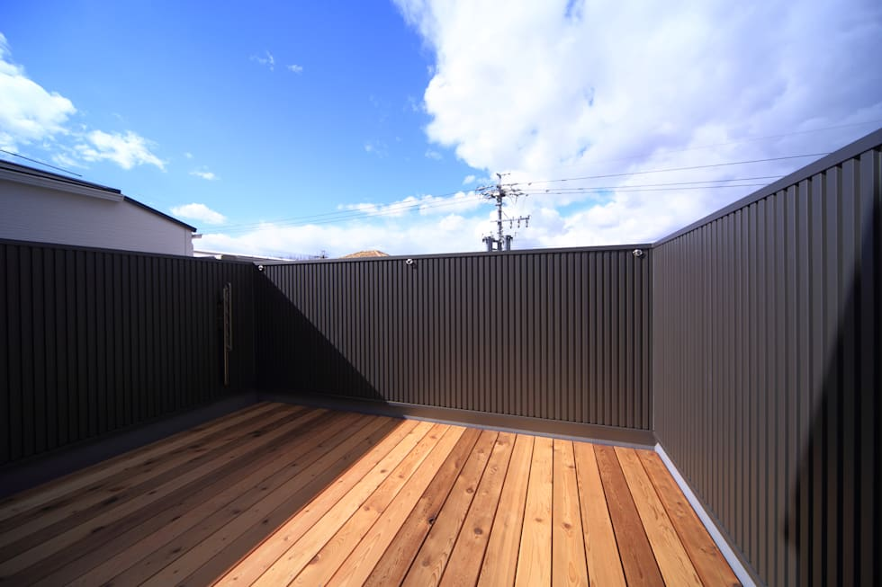 デッキバルコニー: 悠らり建築事務所が手掛けた家です。