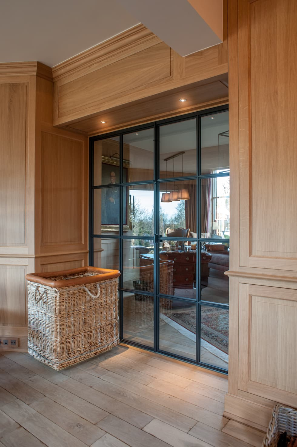 Metalen deur in living: klasieke Woonkamer door Alewaters & Zonen