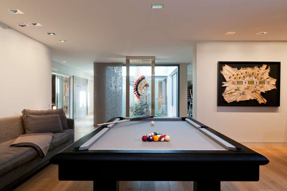 salon de jeu: Salon de style de style Moderne par Atelier TO-AU