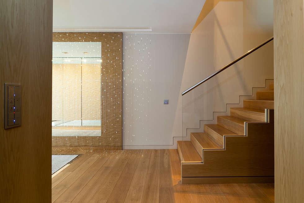 Escalier d'accès à l'étage: Couloir et hall d'entrée de style  par Atelier TO-AU