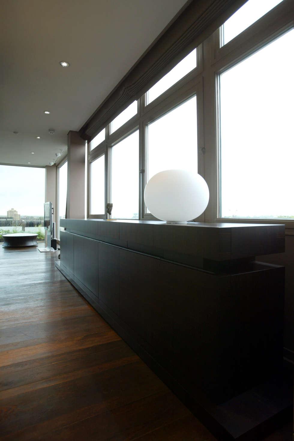 Semainier: Couloir et hall d'entrée de style  par Atelier TO-AU