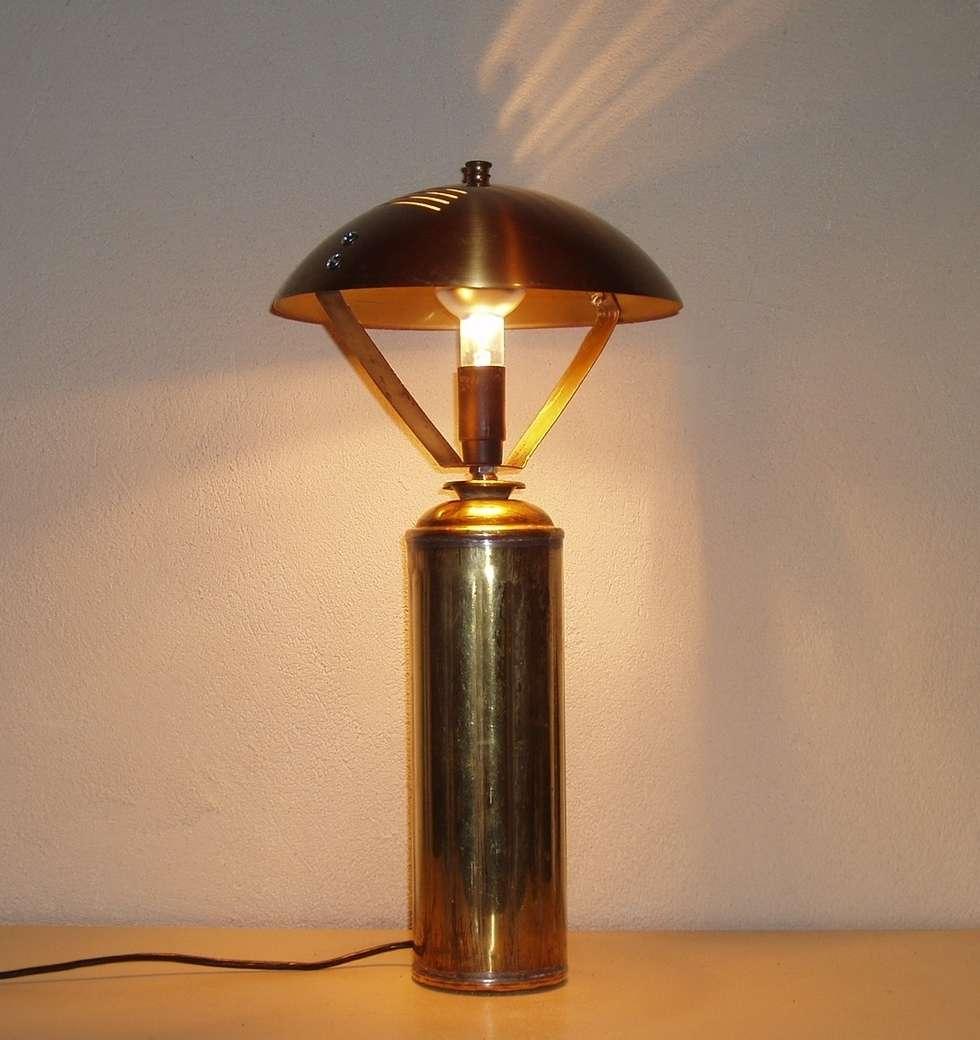 idéale pour une chambre en lampe de chevet: Chambre de style de style Classique par détours de lumières