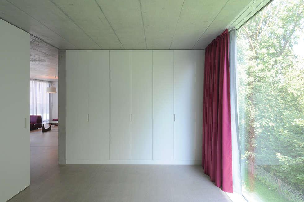 Wohn- und Atelierhaus Mühlestrasse, Edlibach Schweiz: minimalistische Schlafzimmer von amreinherzig
