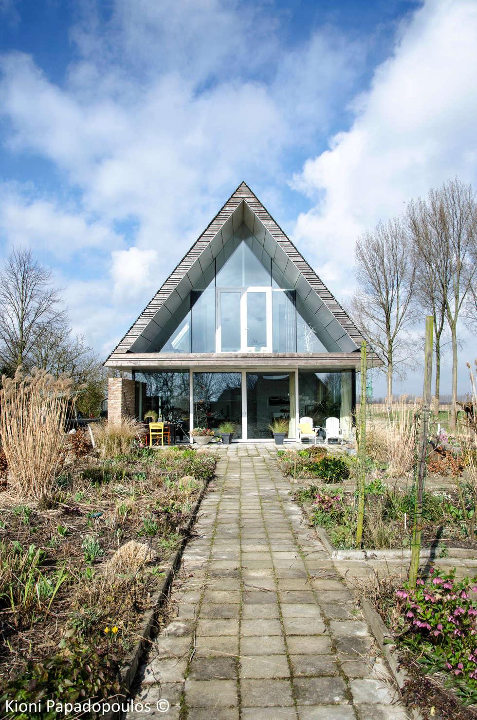 woonkamer / slaapkamer pal zuid: moderne Woonkamer door Ton Altena Architect
