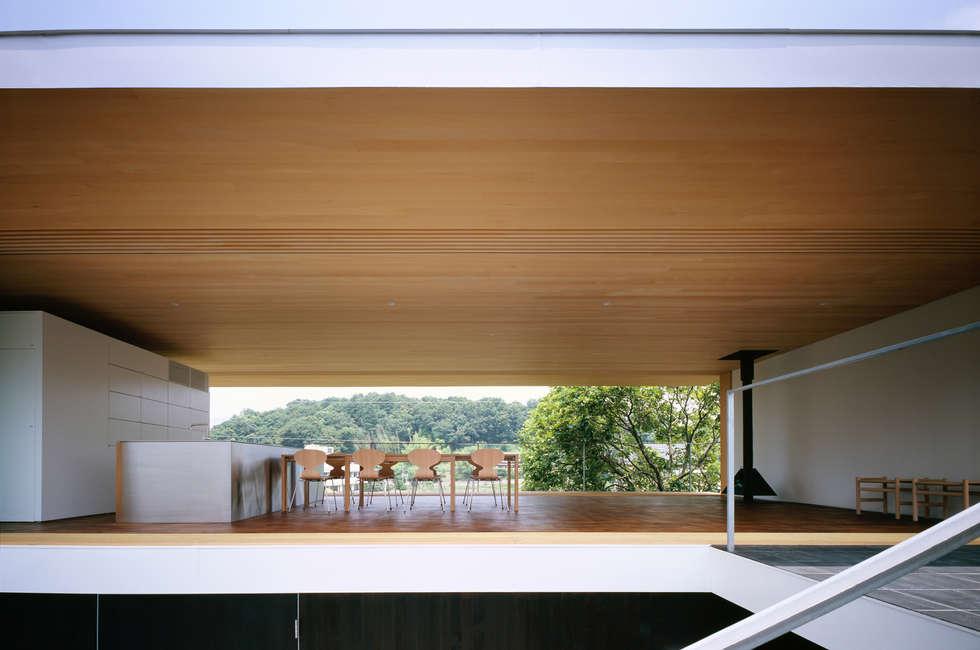 緑山の家: 栗原隆建築設計事務所が手掛けたリビングです。