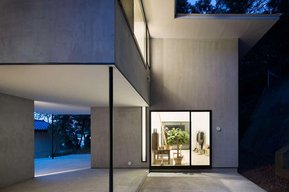 横須賀の家: 栗原隆建築設計事務所が手掛けた壁です。