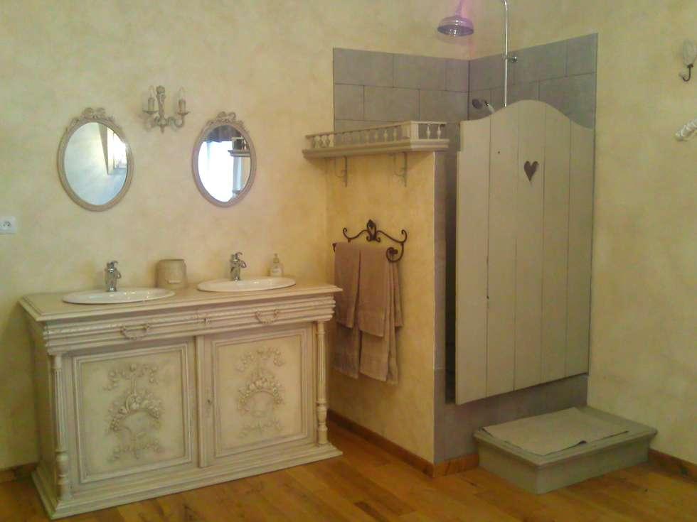 Ancien buffet revisité en meuble de salle de bain double vasques: Salle de bains de style  par Atelier Marlène Mandavy
