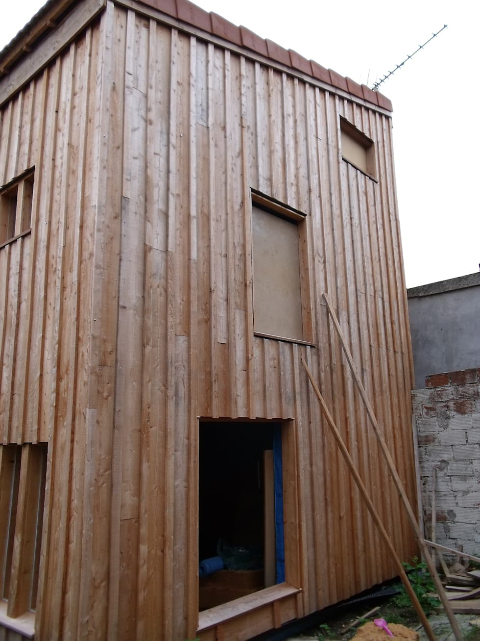 Vue de la façade arrière, en cours de chantier.: Maisons de style de style Moderne par Architecte DPLG
