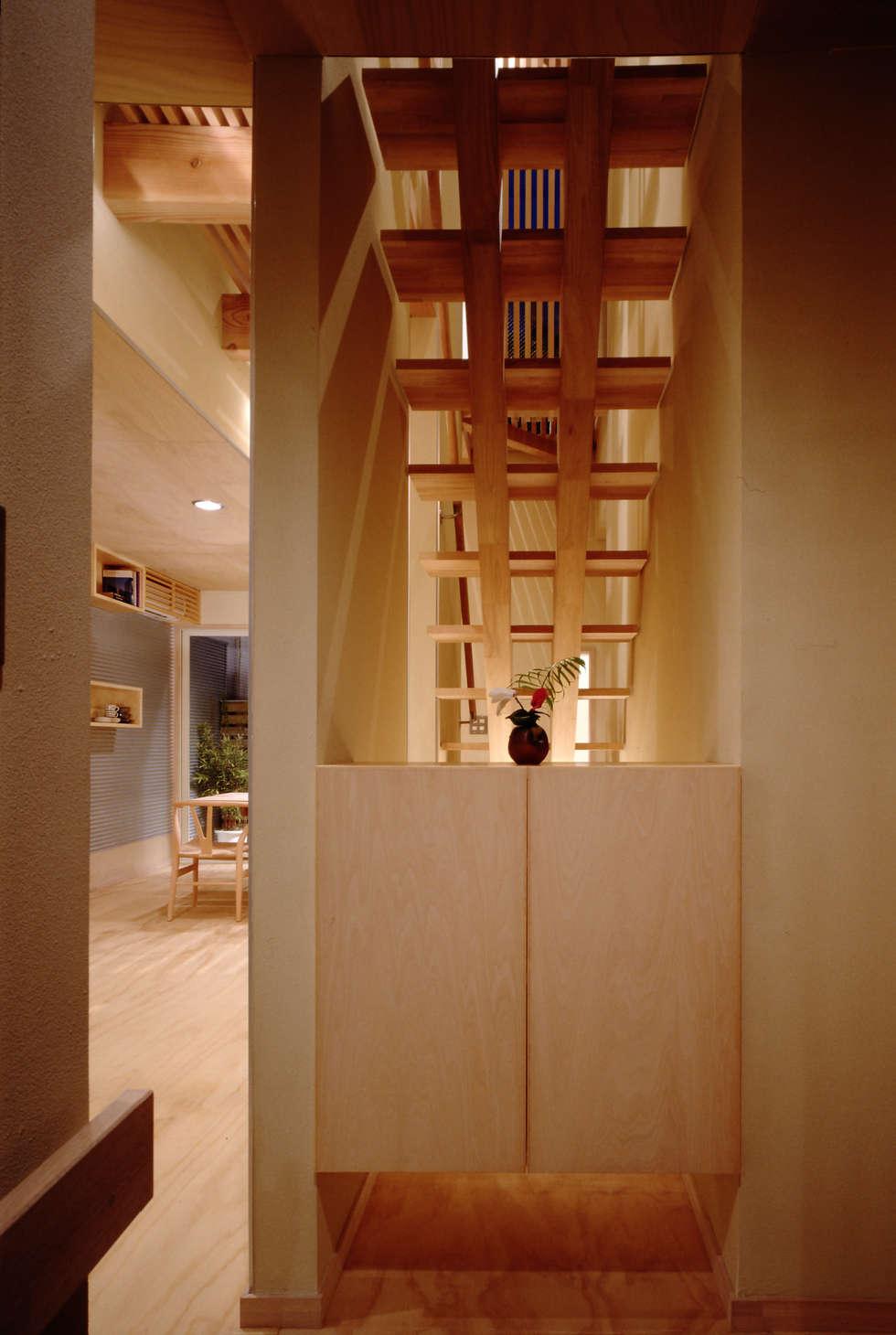 TAN エントランス: 濱嵜良実+株式会社 浜﨑工務店一級建築士事務所が手掛けた廊下 & 玄関です。