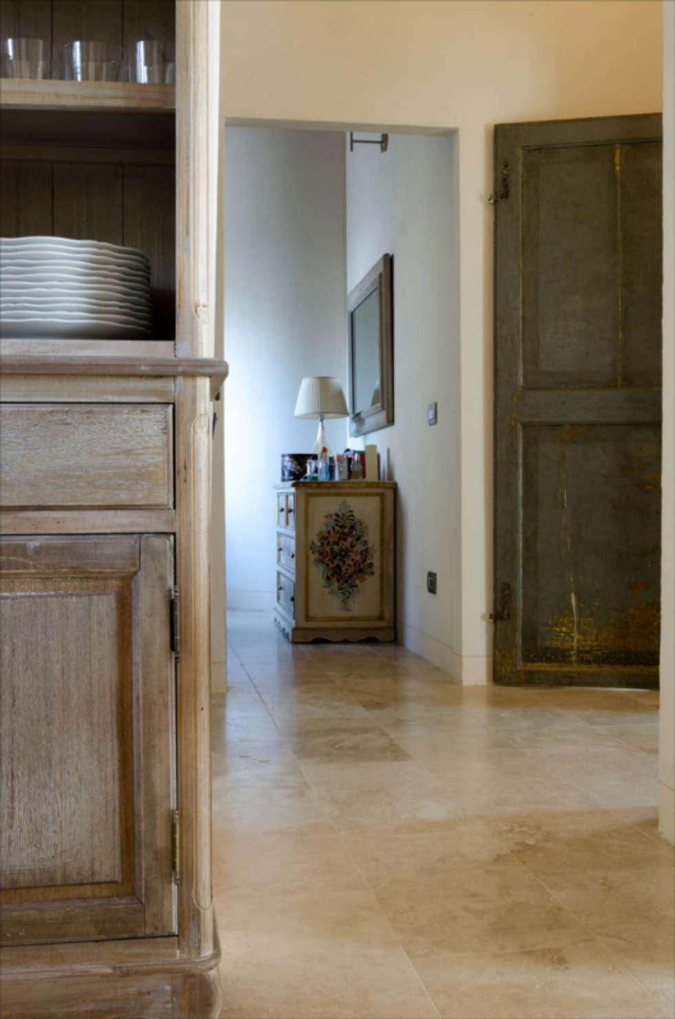 Pavimenti di casa colonica toscana: Soggiorno in stile in stile Rustico di Pietre di Rapolano