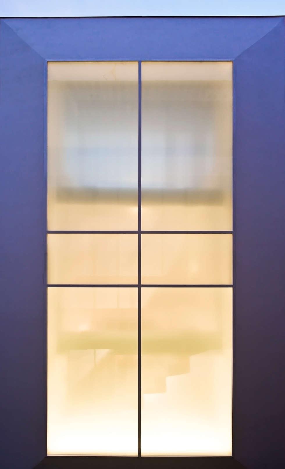 FIX窓: 岩井文彦建築研究所が手掛けたベランダです。