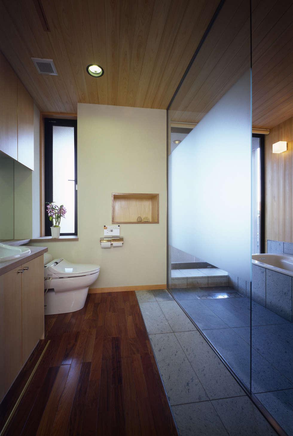 洗面脱衣・トイレ・浴室: 濱嵜良実+株式会社 浜﨑工務店一級建築士事務所が手掛けた浴室です。